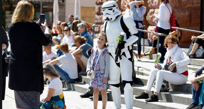 Mainz Kind mit StarWars Figur